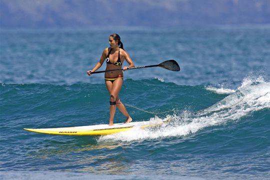 femme-en-bikini-faisant-du-paddle-sur-vague