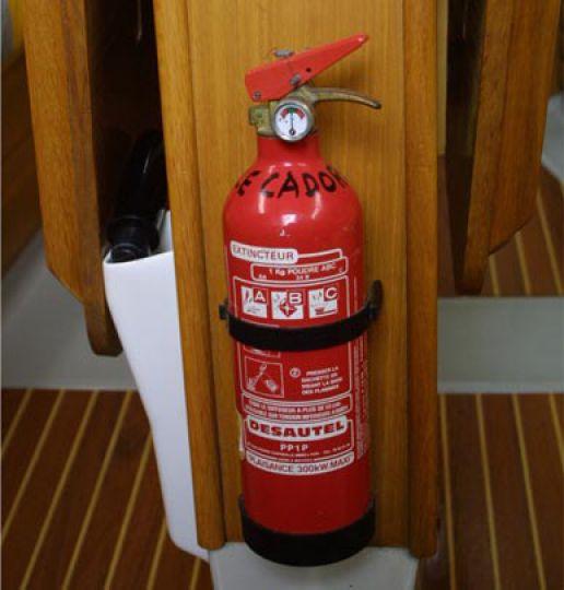 Incendie à bord du USS Bonhomme Richard (LHD 6) - Page 2 Incendie-securite-maritime-extincteur-2