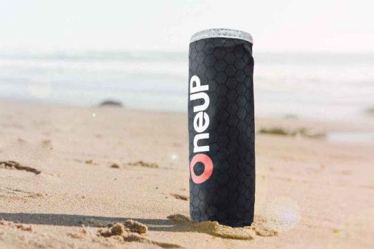 One Up est une idée pour permettre de lancer facilement une bouée à quelqu'un en train de se noyer. Même si l'idée et la réalisation semblent bonnes, ce n'est pas la solution ultime pour repêcher un équipier tombé à l'eau.