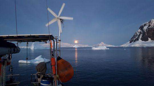 On doit jouer à cache-cache avec les icebergs toute la nuit