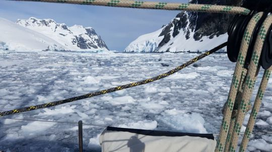 Remontée délicate du Canal Lemaire chargé en glaces