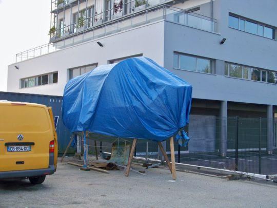 Le voilier est rapatrié à Lorient et mis sous bâche pour les travaux