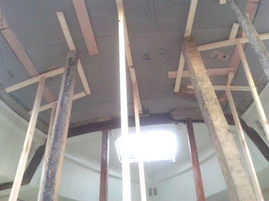 La mousse est collée au plafond en place de l'ancien balsa