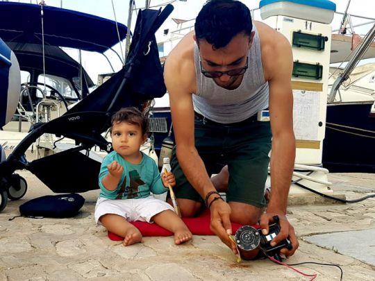 Le bricolage continue pour Rached et son fils Maël.