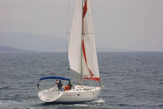 Le voilier traverse le lit du vent
