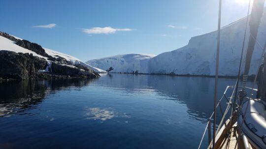 Notre mouillage bien protégé, coincé entre la terre et un énorme iceberg