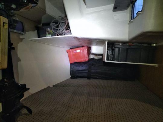 Aménagement de la cabine arrière avec des rangements suspendus.