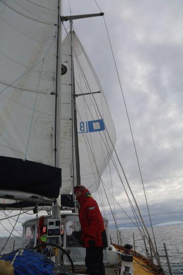 Sous spi, le vent faibli, le bateau ralenti.