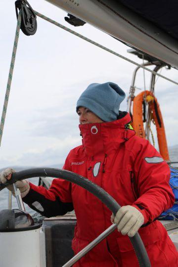 Carole, à la barre et à la navigation, elle y restera tout l'après midi du 22 Janvier, après la voie d'eau, pendant que Dominique essaiera de relancer le moteur qui a pris l'eau de mer.