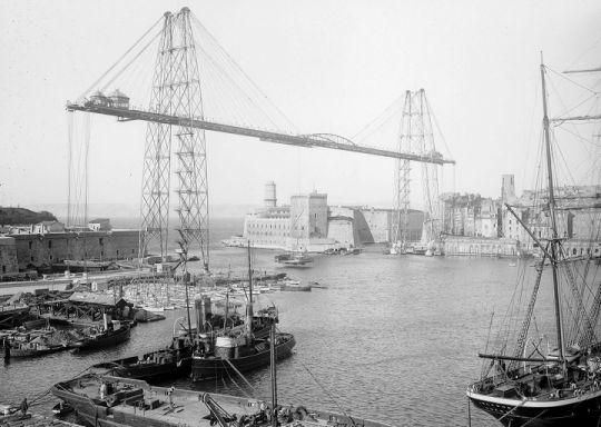 Le pont transbordeur qui relie les deux rives