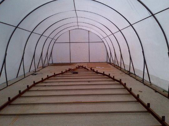 Le marbre du chantier sous une tente