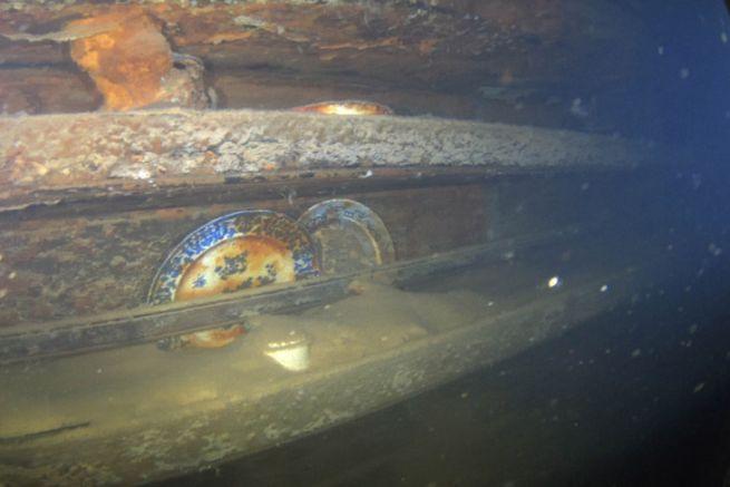 Des assiette découvertes dans l'épave du HMS Terror