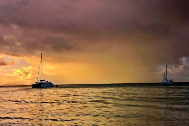 Un grain tropical vu du mouillage à Marie-Galante
