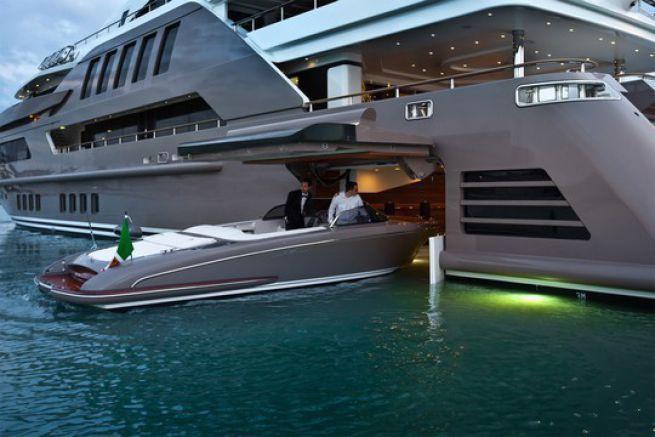 J'ade, le premier yacht au monde à posséder un garage flottant