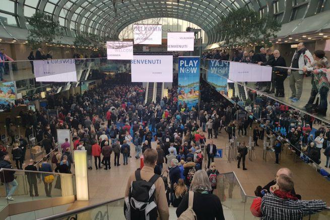 Les visiteurs attendent l'ouverture des portes du Boot Düsseldorf