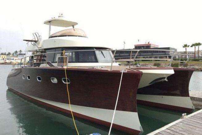KaTa, un catamaran à moteur en acajou vernis
