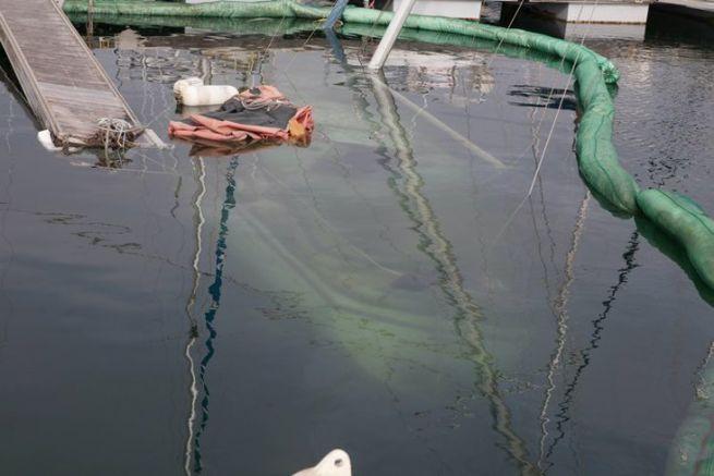Quand un voilier est coulé comme ici à Agde, il est trop pour s'interroger sur sa pompe de cale...