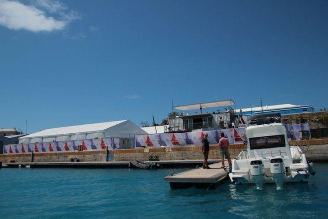 La base Groupama Team France aux Bermudes avec les bateaux accompagnateur au pied du quai