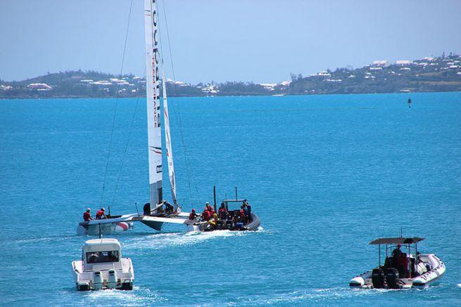 Groupama Team France à la sortie du port accompagné par ses 3 bateaux suiveurs