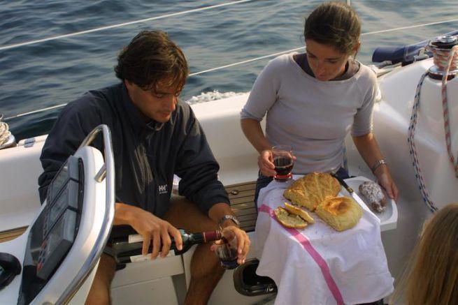 En pleine dégustation du pain réalisé à bord !