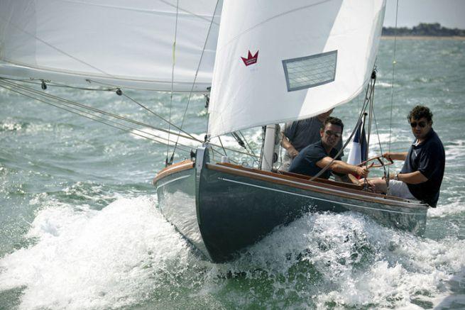 La dérive quart de brie et l'hélice fixe limitent les performances du Tofinou. Mais ce voilier reste toujours agréable à barrer.
