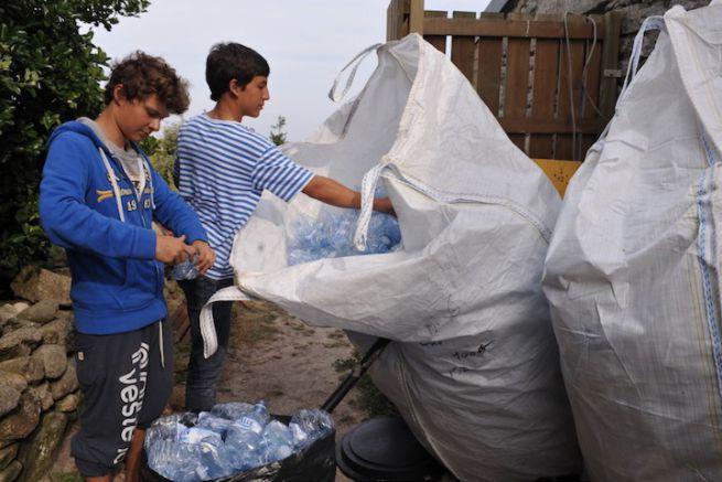 Recyclage des bouteilles plastique aux Glénans
