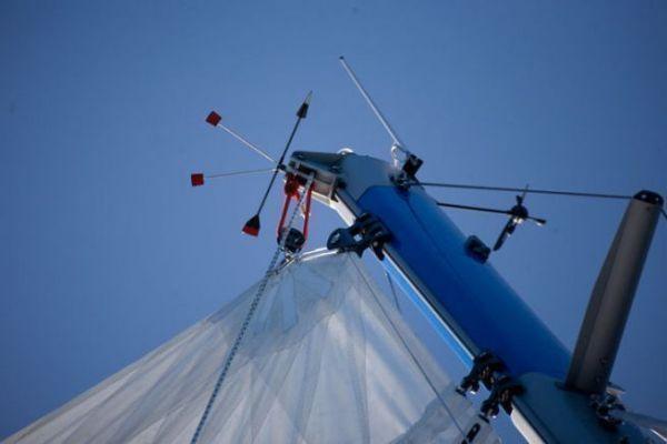 antenne VHF en tête de mât sur un voilier