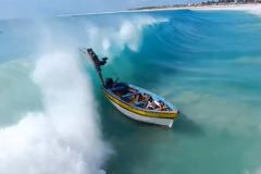 Vidéo d'un bateau avalé par un shore-break au Cap-Vert