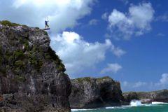 Saut d'une falaise en kitesurf