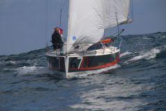 Navigation avec le Django 6.70, le petit voilier de Marée Haute sur l'Ile de Sein