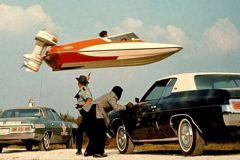 Le Glastron GT 150 saute par dessus le shérif dans Vivre et Laisser Mourir