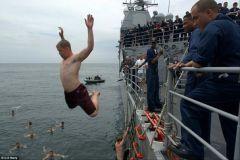 Les marins américains participent au 'Call Swim'