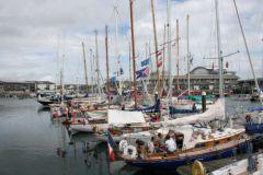 Flottille de la course Plymouth La Rochelle dans le port de Cornouaille