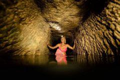 Alison Teal surfe dans les catacombes