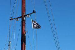 Hissé dans les barres de flèche, s'agit-il d'un drapeau ou d'un pavillon ?