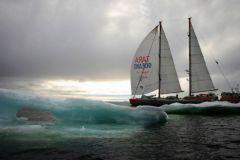 Tara navigue sous spi en Antarctique