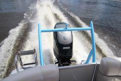 2 moteurs Minn Kota fixés sur le tableau arrière d'un voilier ?