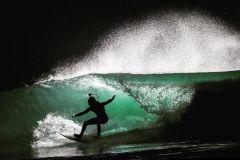 Black Swan, une lampe pour le surf de nuit