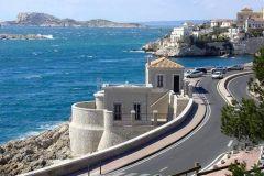 Le bâtiment qui abrite le marégraphe de Marseille sur la corniche