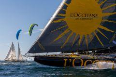 L'Occitane en Provence en plein run, Pen Duick III et des kites à foils à ses cotés