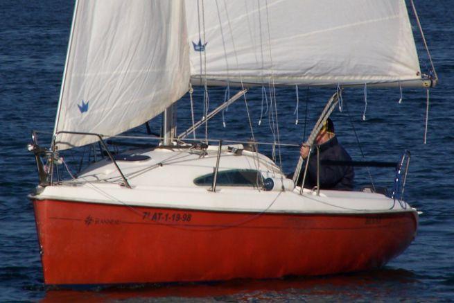 Capable de bonnes performances, la Sun Fast 20 donne le meilleur dans la brise quand son équipage pratique le rappel.