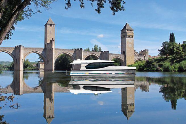 Bateau fluvial Horizon devant le pont Valentré à Cahors (46)