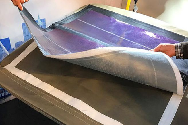 Panneau solaire fixé par un Velcro sur un bimini
