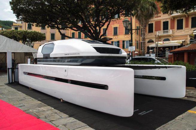 Outcut 29.6, le catamaran à moteur repliable