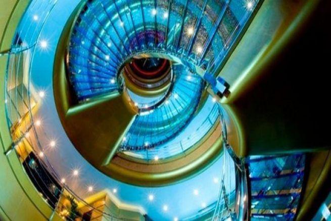 Les escaliers en verre du superyacht Dubai