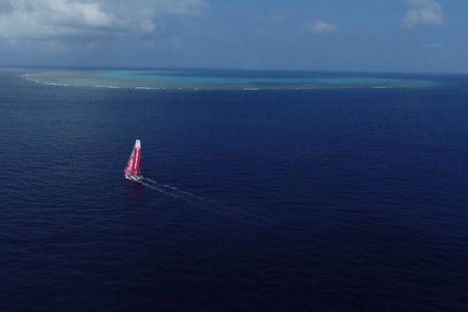 Dongfeng Race Team longe l'Atoll de la Surprise