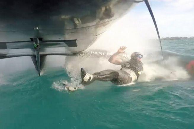 Graeme Spence tombe à la mer pendant un entrainement d'Oracle Team USA
