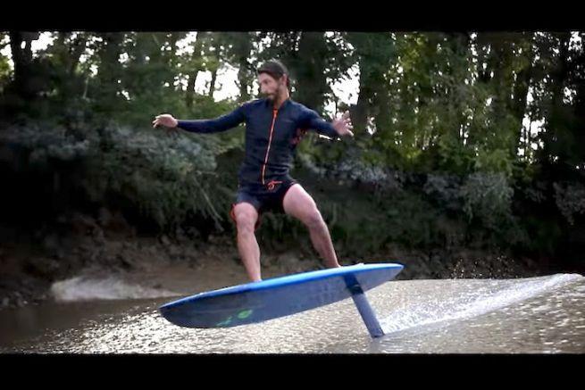 Ludovic Dulou en session de surf foil sur un mascaret