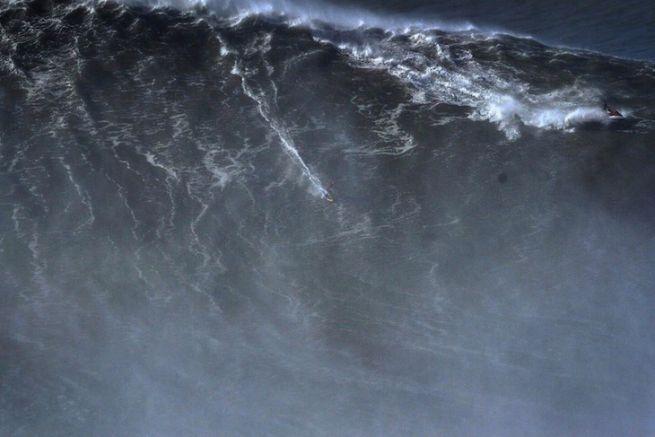 Rodrigo Koxa sur la vague de Nazaré au Portugal