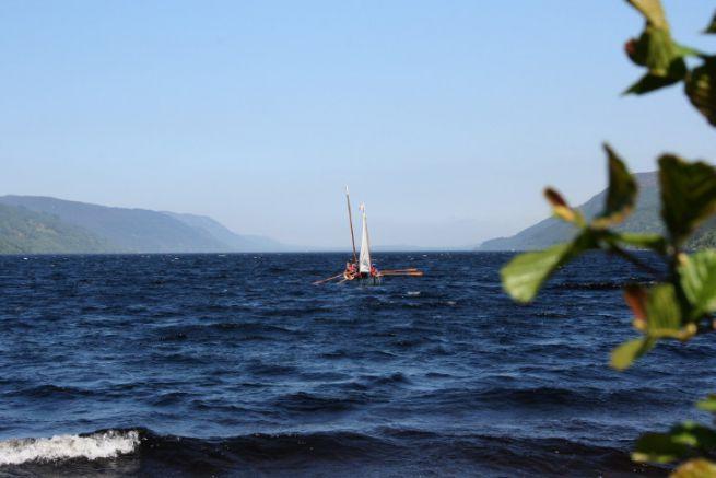 Elsie, à l'aviron et à la voile face au clapot du Loch Ness